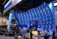 <p>Stand Panasonic au CES de Las Vegas, le salon de l'électronique grand public, en janvier dernier. Le bénéfice de Panasonic a baissé de 5,6% sur le trimestre octobre-décembre, un recul plus marqué que prévu, en dépit des aides gouvernementales et du rachat de sa filiale Sanyo Electric. /Photo prise le 5 janvier 2011/REUTERS/Steve Marcus</p>