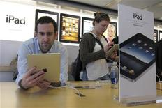 <p>Apple a interdit à l'application de livres électroniques de Sony d'accéder à son magasin en ligne AppStore, destiné aux iPad et iPhone, accusant le géant japonais de violer les règles de son système de paiement. /Photo prise le 3 avril 2010/REUTERS/Gary Hershorn</p>