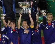 <p>Capitão da seleção japonesa Makoto Hasebe (centro) segura troféu após conquista do título na Copa da Ásia. O Japão deu um salto e entrou para a lista dos 20 primeiros no ranking mundial da Fifa nesta quarta-feira, depois de vencer a Copa da Ásia no mês passado. 29/01/2011 REUTERS/Oleg Popov/Arquivo</p>