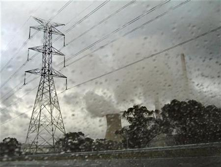 Raindrops are seen on a car windscreen as mist obscures power-lines and chimneys from the coal-burning Mount Piper Power station, located in the Central West region of New South Wales, around 150 kilometres (93 miles) west of Sydney, May 19, 2007. REUTERS/David Gray