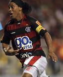 <p>Ronaldinho Gaúcho comemora gol marcado pelo colega Wanderley durante sua estreia pelo Flamengo em Nova Iguaçu, Rio de Janeiro, 2 de fevereiro de 2011. REUTERS/Ricardo Moraes</p>