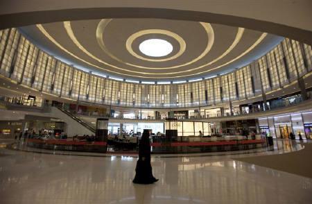 A shopper goes about her business in Dubai Mall in Dubai December 2, 2009. REUTERS/Steve Crisp/Files