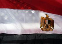 <p>Американский флаг просвечивается сквозь флаг Египта, 29 января 2011 года. Администрация президента США Барака Обамы обсуждает с египетскими политиками немедленную отставку президента Хосни Мубарака как один из возможных сценариев передачи власти в стране, сообщили американские чиновники. REUTERS/Eric Thayer</p>