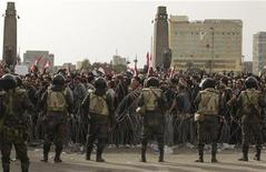 <p>جنود حول انصار المعارضة في القاهرة يوم الجمعة. تصوير: صهيب سالم - رويترز</p>
