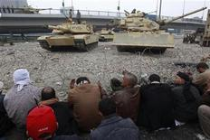 <p>Manifestantes opositores rezan frente al Museo Egipcio en El Cairo. REUTERS/Yannis Behrakis</p>