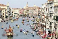 <p>Venetians in historical dress row down the Grand Canal, led by the famous Bucintoro boat (bottom L), from the Doge's Palace to the Rialto bridge in Venice September 5, 2010. REUTERS/Alessandro Bianchi</p>