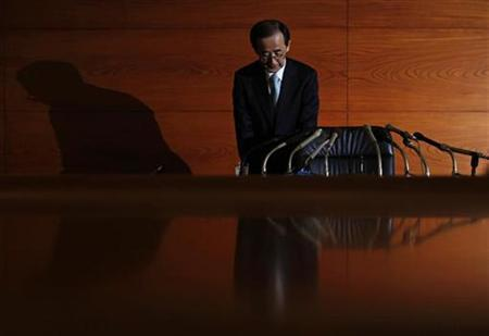 Bank of Japan Governor Masaaki Shirakawa bows as he arrives at a news conference at the Bank of Japan headquarters in Tokyo, January 25, 2011. REUTERS/Issei Kato
