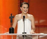 """<p>Natalie Portman recebe prêmio de melhor atriz por """"Cisne Negro"""" no Screen Actors Guild Awards em Los Angeles. A Rússia está torcendo para """"Cisne Negro"""" ser vencedor no Oscar porque o drama de Hollywood encontrou eco no país, onde o balé é um patrimônio cultural importante. 30/01/2011 REUTERS/Mario Anzuoni/Arquivo</p>"""