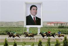 <p>Horses race past a giant portrait of Turkmen President Kurbanguly Berdymukhamedov at the presidential race track in Ashgabat May 11, 2007. RETUERS/ITAR-TASS/PRESIDENTIAL PRESS SERVICE</p>