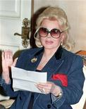 <p>Actress Zsa Zsa Gabor Gabor reads a statement at her home in Beverly Hills in this November 13, 1992 file photo. REUTERS/Fred Prouser</p>