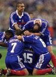 <p>David Trezeguet (de pé) e outros jogadores franceses comemoram gol marcado por Lilian Thuram na Copa do Mundo de 1998. REUTERS/Foto de arquivo</p>