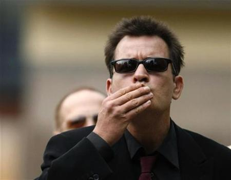 Actor Charlie Sheen blows kisses towards fans as he arrives for a sentencing hearing at the Pitkin County Courthouse in Aspen, Colorado August 2, 2010. REUTERS/Rick Wilking