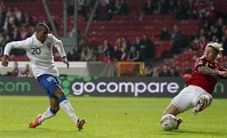 <p>Atacante da Inglaterra Ashley Young chuta para marcar o gol da vitória da equipe contra a Dinamarca, em amistoso em Copenhague. REUTERS/Phil Noble</p>