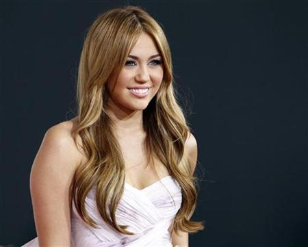 Singer Miley Cyrus arrives at the 2010 American Music Awards in Los Angeles November 21, 2010. REUTERS/Danny Moloshok