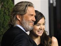 """<p>Jeff Bridges e Hailee Steinfeld, indicados aos Oscars de melhor ator e melhor atriz coadjuvante por """"Bravura Indômita"""", no almoço para os indicados, em Beverly Hills. 07/02/2011 REUTERS/Mario Anzuoni/Arquivo</p>"""