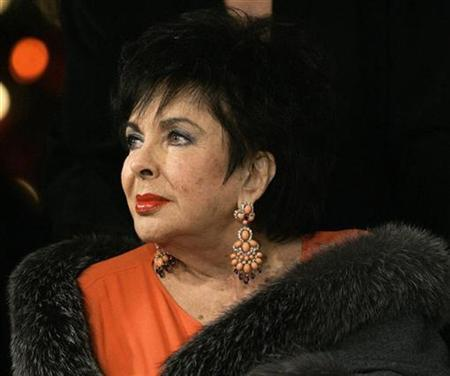 Elizabeth Taylor poses as she arrives for a A.R. Gurney's play ''Love Letters'' at Paramount Studios in Los Angeles in this December 1, 2007 file photo. REUTERS/Mario Anzuoni