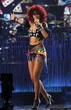 <p>Foto de archivo de Rihanna cantando en los American Music Awards 2010 en Los Angeles. Nov 21, 2010. REUTERS/Mario Anzuoni</p>