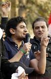 <p>Wael Ghonim fala com a multidão na praça Tahrir, no Cairo. O executivo de marketing do Google, que se tornou um herói da revolução egípcia vale ouro para as relações públicas da empresa, mas analistas afirmam que a companhia deve ter cuidado para não exagerar a mão. 08/02/2011 REUTERS/Dylan Martinez/Arquivo</p>