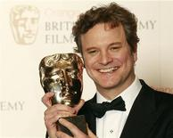 """<p>Актер Колин Ферт держит награду BAFTA, 13 февраля 2011 года. """"Король говорит!"""" стал лучшим фильмом минувшего года по версии Британской академии кино и телевизионных искусств (BAFTA), получив в общей сложности семь наград за две недели до вручения премии """"Оскар"""". REUTERS/Luke Macgregor</p>"""