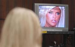 <p>Anna Nicole Smith's mother, Vergie Arthur (L), watches as a video of her daughter is played in Broward County Circuit Court in Ft. Lauderdale, Florida February 20, 2007. REUTERS/Lou Toman/Sun-Sentinel/Pool</p>