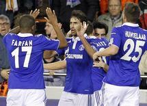 <p>Raúl (C) comemora gol do Schalke 04 contra o Valencia. O jogo terminou empatado por 1 x 1 nesta terça-feira. REUTERS/Heino Kalis</p>