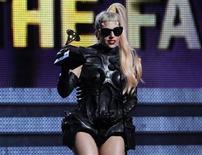 """<p>Foto de archivo de la cantante Lady Gaga tras recibir el premio al Mejor Album Pop por """"The Fame Monster"""" en la entrega de los premios Grammy en Los Angeles, feb 13 2011. Gaga """"Born This Way"""" podría reinar en las listas de Estados Unidos esta semana, luego de un récord de transmisiones en radio y más de 450.000 descargas en Internet, dijeron fuentes de la industria musical. REUTERS/Lucy Nicholson</p>"""