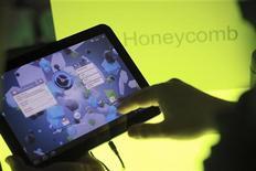 <p>Tablet da Motorola, o Xoom, roda o sistema operacional do Google. 02/02/2011 REUTERS/Beck Diefenbach</p>