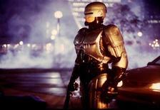 <p>Foto de archivo del actor Richard Eden, disfrazado como el personaje Robocop, en el escenario de la serie de televisión homónima en Toronto, nov 10 1993. Los planes para realizar una estatua en honor a RoboCop, el luchador contra el crimen mitad hombre y mitad máquina de la película de 1987, siguen adelante luego de que un grupo de artistas y empresarios de Detroit recaudó más de 50.000 dólares vía Facebook y un sitio web. REUTERS/STR New</p>