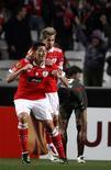 <p>Oscar Cardozo (E) comemora gol do Benfica contra o Stuttgart pela Liga Europa nesta quinta-feira. REUTERS/Jose Manuel Ribeiro</p>