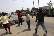 <p>Protesters, calling for Ivory Coast's incumbent leader Laurent Gbagbo to step down, gesture on a street in Koumassi, an area of Abidjan, February 19, 2011. Ivorian security forces fired live bullets and teargas on Saturday to disperse protesters in Abidjan, wounding at least one of them, witnesses said. Gbagbo's rival, Alassane Ouattara, has called for Egypt-style mass protests to oust him, who has refused to step down as leader of the world's top cocoa grower after a Nov. 28 presidential election that U.N.-certified results show Ouattara won. REUTERS/Luc Gnago</p>
