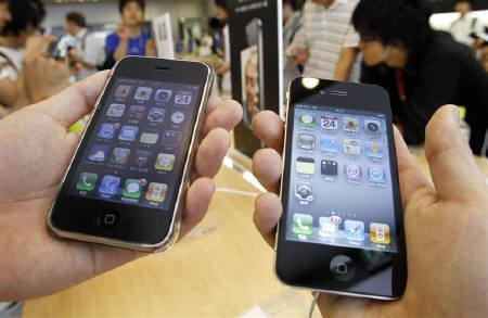 2月22日、ロイターの2月個人投資家調査では、回答者の40%がスマートフォンを活用し、利便性の高さから個人投資家にも浸透しつつあることが明らかに。写真は都内アップルストアで売られるiPhone。昨年6月撮影(2011年 ロイター/Yuriko Nakao)