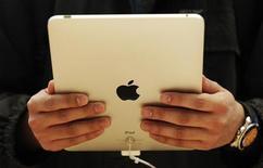 <p>Le lancement de la nouvelle version de la tablette multimédia iPad d'Apple va être repoussé d'avril à juin en raison de problèmes de production chez le sous-traitant taïwanais Hon Hai, croit savoir le courtier Yuanta Securities. /Photo d'archives/REUTERS/Luke MacGregor</p>