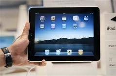 <p>Foto de archivo de un iPad de Apple durante su lanzamiento en Singapur, jul 23 2010. Es falso un reporte que indica que la segunda versión del Tablet PC iPad de Apple será demorada, dijo el martes una fuente cercana a la situación. REUTERS/Vivek Prakash</p>