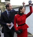 <p>El príncipe Guillermo de Inglaterra y su prometida, Kate Middleton, durante su visita a la Universidad de St. Andrews en Fife, Escocia, feb 25 2011. El príncipe Guillermo de Inglaterra y su prometida, Kate Middleton, volvieron el viernes a la universidad donde se conocieron y se enamoraron, en una visita oficial a St Andrews, en la costa este de Escocia. REUTERS/Andrew Milligan/Pool</p>