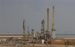 <p>An oil export terminal is seen in the town of Brega, February 25, 2011. REUTERS/Goran Tomasevic</p>