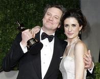 """<p>Colin Firth com seu Oscar de melhor ator por """"O Discurso do Rei"""", ao lado de sua esposa Livia Giuggioli, na festa da Vanity Fair. 27/02/2011 REUTERS/Danny Moloshok</p>"""