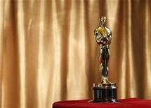 <p>Una estatuilla del premio Oscar durante una exhibición en Nueva York, feb 23 2011. Unos 37,6 millones de estadounidenses vieron el domingo la criticada ceremonia de los premios Oscar, en una de las transmisiones con más bajo público en los últimos 10 años. REUTERS/Brendan McDermid</p>