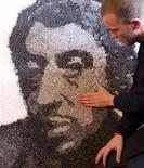 <p>Jinks Kunst, un artiste franco-suisse de 35 ans installé en Loire-Atlantique, a réalisé un portrait de Serge Gainsbourg composé exclusivement de filtres de cigarettes pour commémorer le 20e anniversaire de la mort du chanteur français, fumeur notoire. D'une surface d'un mètre carré, le tableau comporte plus de 20.000 filtres neufs, collectés depuis trois ans et préalablement teintés de peinture acrylique, de gouache ou d'encre de Chine. /Photo prise le 1er mars 2011/Reuters/Stéphane Mahé</p>