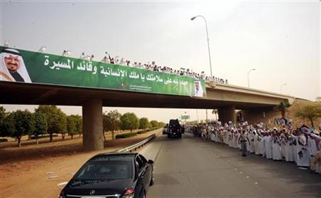 A crowd lines the street to greet the convoy of Saudi Arabia's King Abdullah as he leaves Riyadh airport, February 23, 2011. REUTERS/Saudi Press Agency