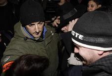 <p>Estilista John Galliano deixa interrogatório em delegacia de Paris, França, em 28 de fevereiro. Ele foi demitido da Dior por fazer comentários antissemitas. 28/02/2011 REUTERS/Jacky Naegelen</p>