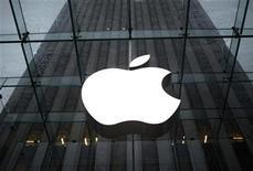 <p>Foto de archivo del logo de la firma Apple en su tienda isigne de Nueva York, ene 18 2011. Más de un año después de desatar la locura por los Tablet PC, Apple se prepara para presentar la segunda versión de su iPad el miércoles, posiblemente sin la presencia de su presidente ejecutivo Steve Jobs. REUTERS/Mike Segar</p>