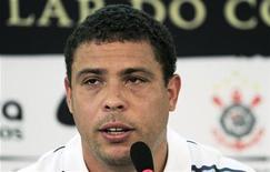 <p>Ronaldo anuncia sua aposentadoria do futebol durante coletiva de imprensa em São Paulo, no mês passado. Ele disputará um jogo de despedida pela seleção brasileira no dia 7 de junho, contra a Romênia, no estádio do Pacaembu, em São Paulo.14/02/2011 REUTERS/Nacho Doce</p>