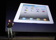 <p>Глава Apple Inc. Стив Джобс на презентации iPad 2 в Сан-Франциско, 2 марта 2011 года. Похудевший, но энергичный исполнительный директор Apple Inc Стив Джобс неожиданно появился на публике, чтобы поучаствовать в презентации нового планшетного компьютера iPad, что вызвало овацию присутствующих. REUTERS/Beck Diefenbach</p>