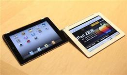 <p>El iPad 2 de Apple es exhibido en San Francisco. mar 2 2011. Un gran número de analistas aplaudieron el nuevo iPad 2 después de que un delgado pero energético Steve Jobs protagonizó una inesperada aparición para presentar el segundo modelo del exitoso dispositivo, reforzando el dominio de Apple en el cada vez más poblado mercado de las Tablet PC. REUTERS/Beck Diefenbach</p>