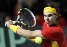 <p>Rafael Nadal, da Espanha, rebate lance do belga Ruben Bemelmans em partida da Copa Davis, em Charleroi, Bélgica. 4/03/2011 REUTERS/Thierry Roge</p>