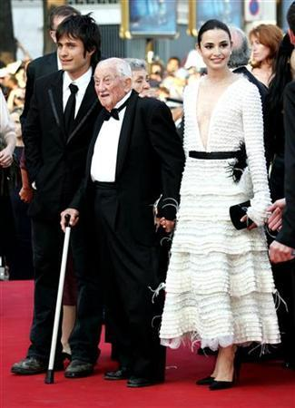 Alberto Granado (C) walks on the red carpet between Argentine actress Mia Maestro (R) and Mexican actor Gael Garcia Bernal (L) for the presentation of [Brazilian director Walter Salles's] film entry 'Diarios de Motocicleta' (The Motorcycle Diaries) which competes for the Palme d'Or at the 57th Cannes Film Festival, May 19, 2004. REUTERS/file