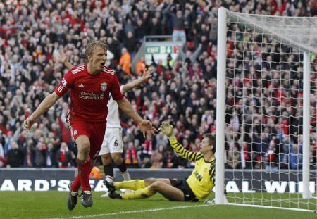 Liverpool's Dirk Kuyt (L) celebrates his third goal against Manchester United during their English Premier League soccer match at Anfield in Liverpool, northern England, March 6, 2011.   REUTERS/Phil Noble
