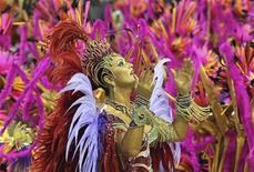 <p>Rainha da bateria da Imperatriz Leopoldinense, Luiza Brunet acena para o público no Sambódromo do Rio de Janeiro no domingo. REUTERS/Sergio Moraes</p>