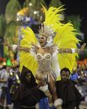 <p>Rainha da bateria da Portela, Sheron Menezes, em desfile no sambódromo do Rio de Janeiro. 06/03/2011 REUTERS/Ricardo Moraes</p>