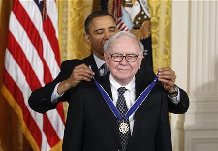 U.S. President Barack Obama awards the Medal of Freedom to recipient Warren Buffett during a ceremony to present the awards at the White House in Washington February 15, 2011. REUTERS/Larry Downing